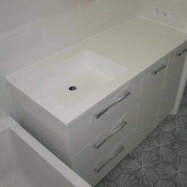 Тумба в ванную с белой каменной столешницей