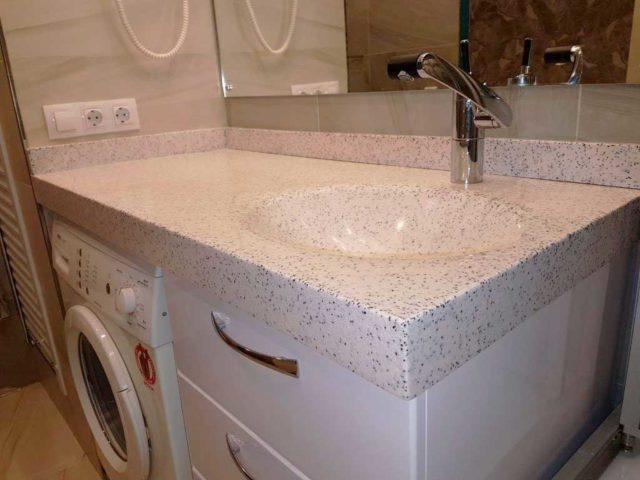 Столешница из камня с умывальником для ванной