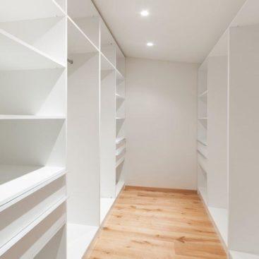 Белая гардеробная комната №18