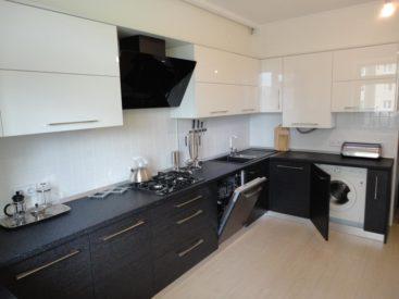 Угловая кухня с верхними шкафчиками из акрила №1