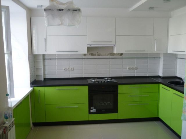 Бело-зеленая кухня вариант №10