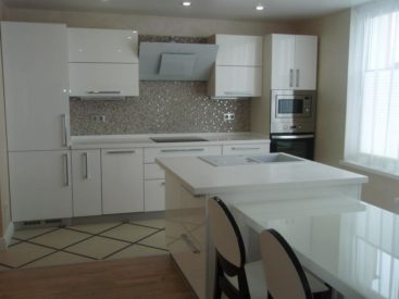 Белая кухня с фасадами из акрила №3