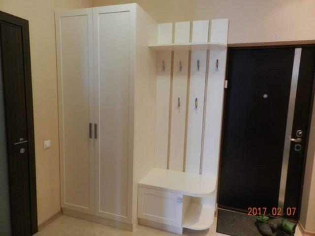 Белый шкаф с вешалкой в коридор №18