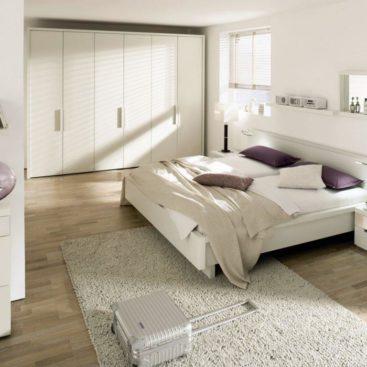 Распашной белый шкаф и кровать в спальне №7